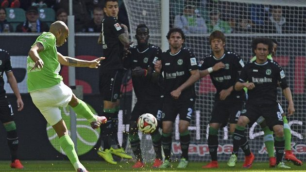 Naldo z VfL Wolfsburg pálí z trestného kopu na branku Hannoveru.