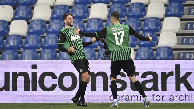 Domenico Berardi (vlevo) ze Sasuola oslavuje gól proti Sampdorii
