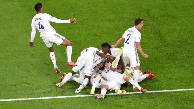 Fotbalisté Francie slaví vítězný gól proti Belgii.