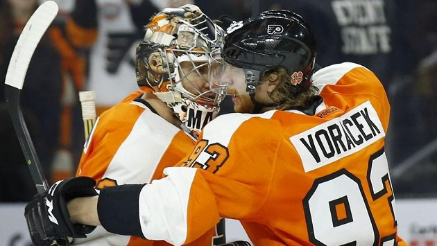 Jakub Voráček a brankář Flyers Steve Mason se radují z vítězství nad Washingtonem.