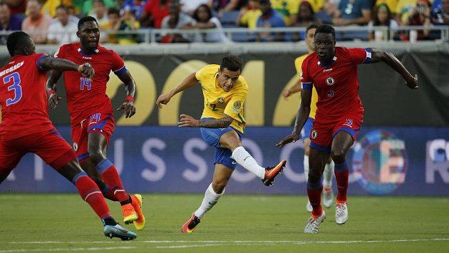 Brazilský záložník Philippe Coutinho pálí a obrana Haiti má stav nejvyšší pohotovosti.