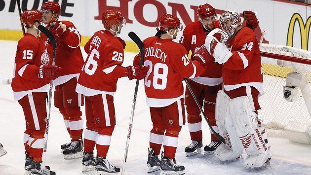 Brankář Detroitu Petr Mrázek slaví se spoluhráči vítězství nad Tampou Bay ve třetím utkání prvního kola play off NHL.