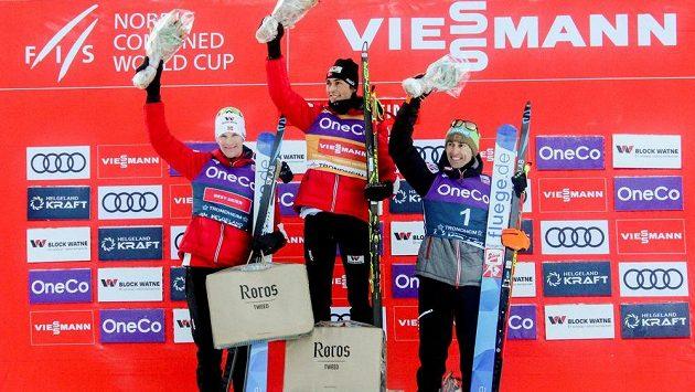 Lídr Světového poháru v severské kombinaci Jarl Magnus Riiber (uprostřed) z Norska vyhrál i druhý závod v Trondheimu.