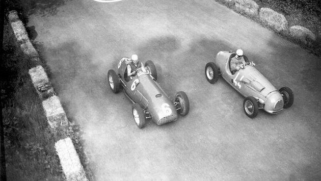 Ital Alberto Ascari (vlevo) a Francouz Robert Manzon na snímku ze závodů v Monze v roce 1951.