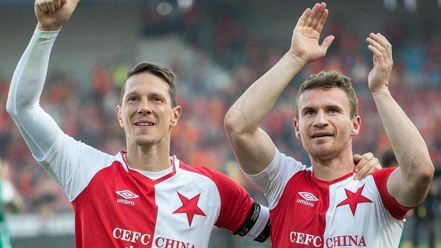 Fotbalisté Slavie Praha Jiří Bílek (vlevo) a Muris Mešanovič se radují z vítězství.