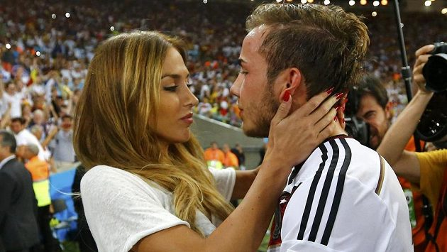 Nejsladší odměna za rozhodující finálovou trefu. Mario Götze dostal pusu od své přítelkyně.