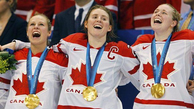 Hayley Wickenheiserová (uprostřed) se zlatou medailí z Vancouveru 2010.