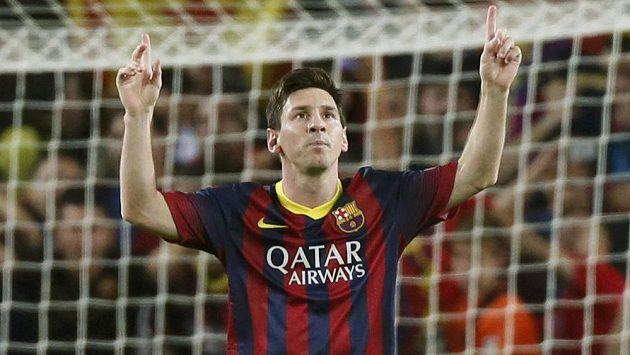 Lionel Messi a jeho klasické gesto po gólu.