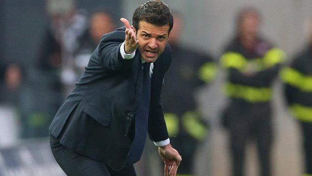 Italský trenér Andrea Stramaccioni přiletěl ve středu do Prahy a vypadá to, že se blíží angažmá ve Spartě. Brzy by měl podepsat smlouvu.