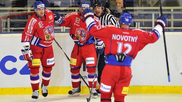 Český hokejový útočník Petr Hubáček (vlevo) slaví se Zbyňkem Irglem (uprostřed) a Jiřím Novotným gól proti Finsku.