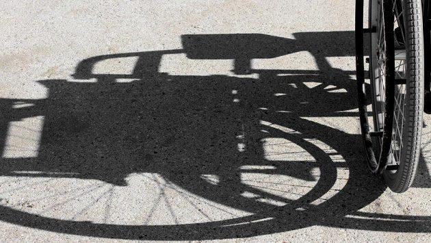 Závodnici ihned z cíle odvezli na invalidním vozíku. (ilustrační foto)