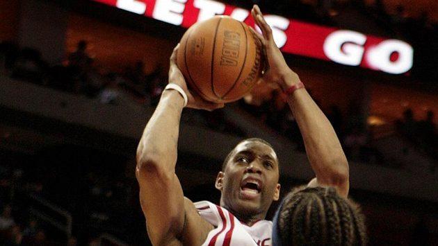 Basketbalista Tracy McGrady (uprostřed).