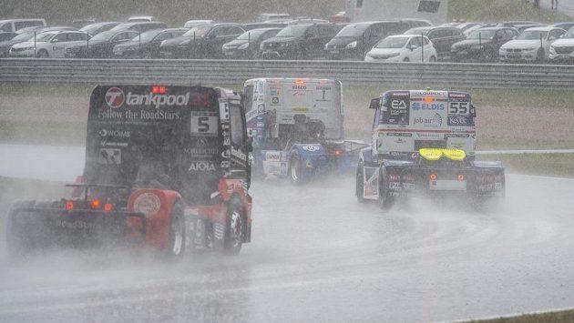 Silný déšť ukončil závody v Mostě.