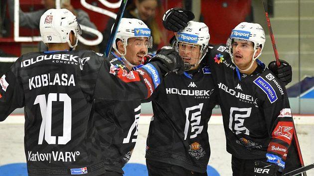 Hráči Karlových Varů se radují z gólu proti Plzni. ZlevaPetr Koblasa, Martin Kohout, střelec branky Jiří Kulich a Tomáš Hanousek.