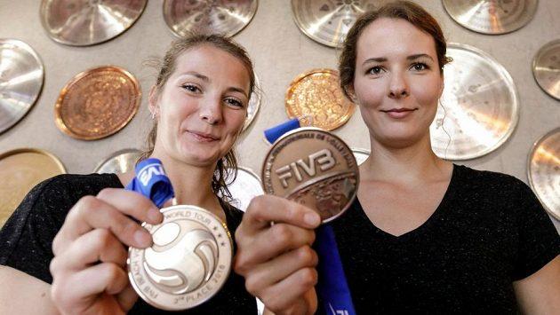 Slovenské plážové volejbalistky Natália Přidalová a Andrea Štrbová s bronzovými medailemi z turnaje v tureckém Mersinu.