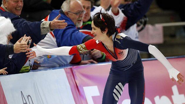 Martina Sáblíková se raduje z vítězství na trati 3000 metrů.