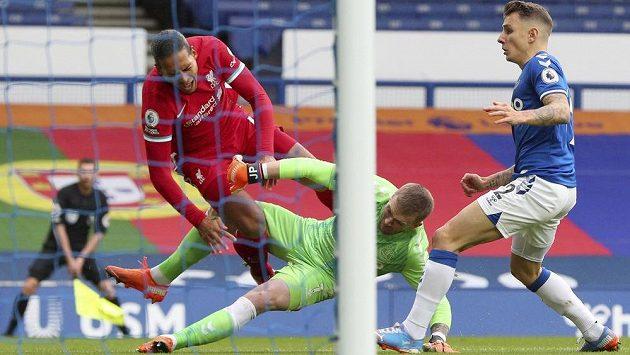 Liverpoolský Virgil van Dijk (v červeném) v souboji s brankářem Evertonu Jordanem Pickfordem.