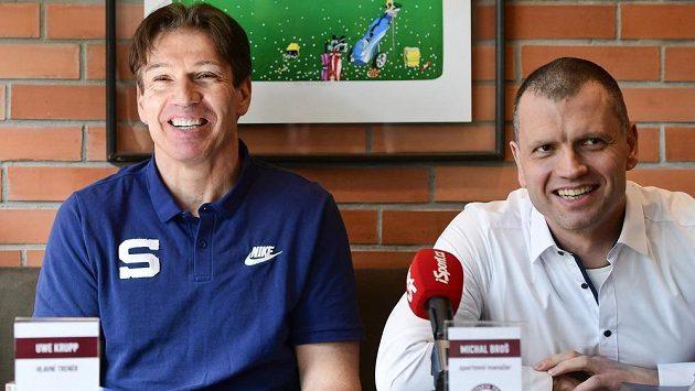 Trenér hokejistů pražské Sparty Uwe Krupp (vlevo) a sportovní manažer klubu Michal Broš.