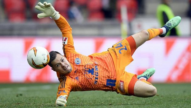 Brankář Olomouce Aleš Mandous inkasuje druhý gól.