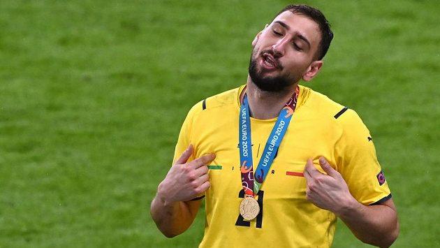 Šťastný italský hrdina Gianluigi Donnarumma slaví vítězství na EURO.