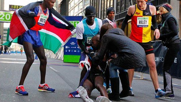 Britský vytrvalec Mo Farah v cíli půlmaratónu v New Yorku zkolaboval.