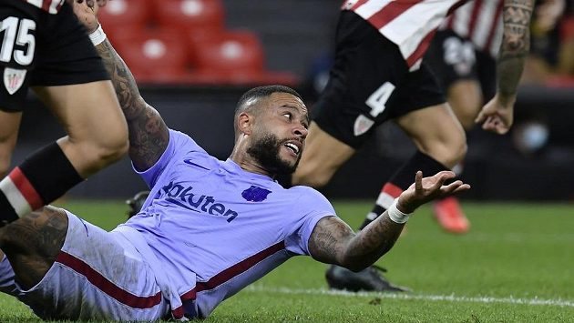 Barcelonský fotbalista Memphis Depay reaguje během utkání španělské ligy v Bilbau. Barca tam remizovala 1:1.