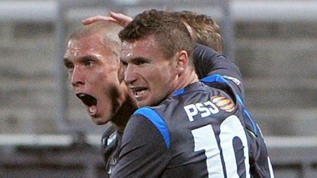 Hráči Jihlavy Karol Karlík (vlevo) a Muris Mešanović se radují z gólu.