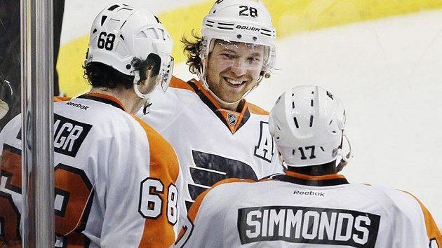 Claude Giroux (uprostřed) se spoluhráči Jágrem a Simmondsem