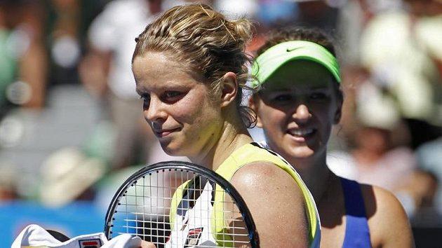 Kim Clijstersová (vlevo) musí nuceně odpočívat.
