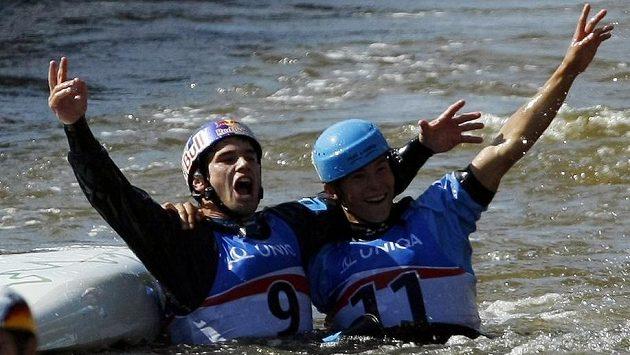 Vavřinec Hradilek a Jiří Prskavec se radují z prvního a druhého místa v kategorii K1 na MS ve vodním slalomu v pražské Troji.