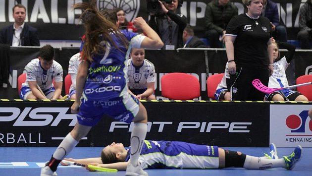 Zuzana Šponiarová z Vítkovic (leží na zemi), autorka vítězného gólu ve finále.