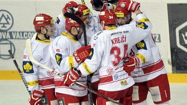 Hokejisté Třince se radují z gólu (ilustrační foto).