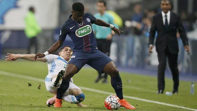 Obránce Paris St. German Serge Aurier si kryje míč před Abdelazizem Barradou z Marseille.
