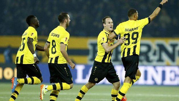 Guillaume Hoarrau (vpravo) se raduje se spoluhráči z branky proti Neapoli.
