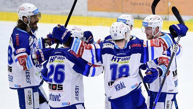 Brněnští hokejisté slaví vstřelený gól proti Mountfieldu.