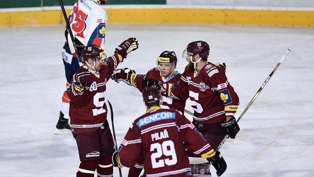 Hokejisté Sparty Tomáš Rolinek (vlevo), Martin Réway, Adam Polášek a Karel Pilař oslavují gól proti Pardubicím.