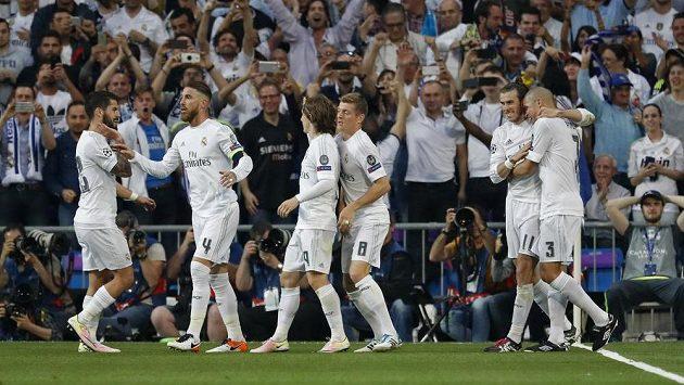 Fotbalisté Realu Madrid se radují z gólu - ilustrační foto.