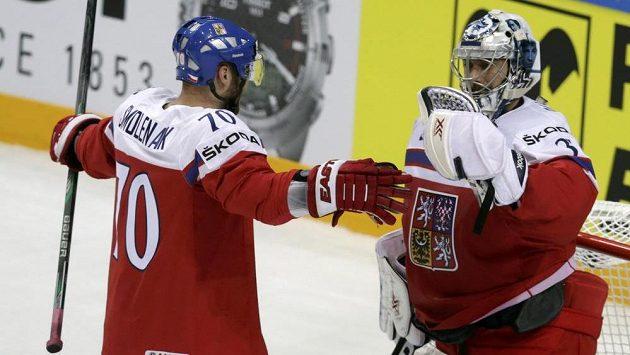Útočník Radek Smoleňák gratuluje po utkání s Lotyši brankáři Ondřeji Pavelcovi.