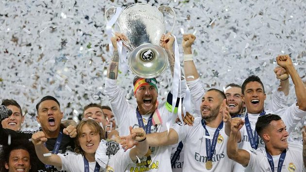 Fotbalisté Realu Madrid slaví s pohárem pro vítěze Ligy mistrů.