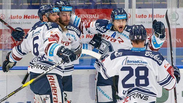 Z gólu se radují hokejisté Vítkovic (zleva) Jan Výtisk, Peter Trška, autor branky Rastislav Dej a Radek Veselý.