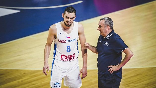 Tomáš Satoranský a trenér českého týmu Ronen Ginzburg.