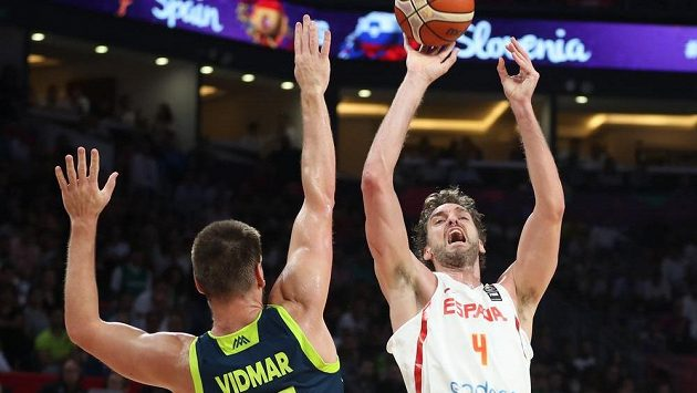 Gasper Vidmar ze Slovinska se snaží zblokovat hvězdu španělského týmu Paua Gasola.