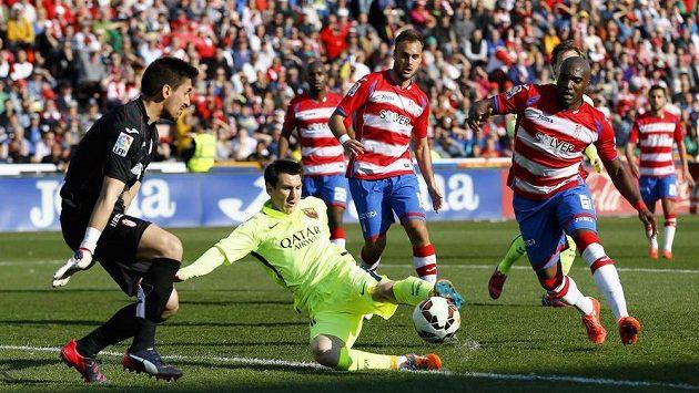 Barcelonský Lionel Messi (druhý zleva) se snaží překonat brankáře Granady Oiera Olazabala.