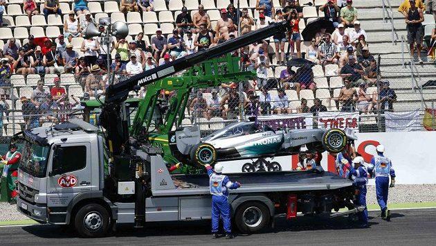 Mercedes Lewise Hamiltona musel být odklizen.