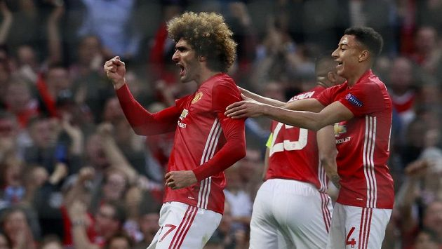 Marouane Fellaini (vlevo) oslavuje vedoucí gól Manchesteru United proti Celtě Vigo.