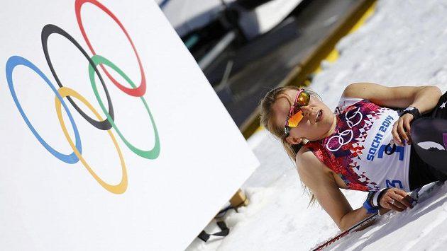 Vedro ničí lyžaře, hrozí snad i spáleniny od slunce. Americká běžkyně Sophie Caldwellová vyrazila na trať klasické desítky jen ve startovním čísle.