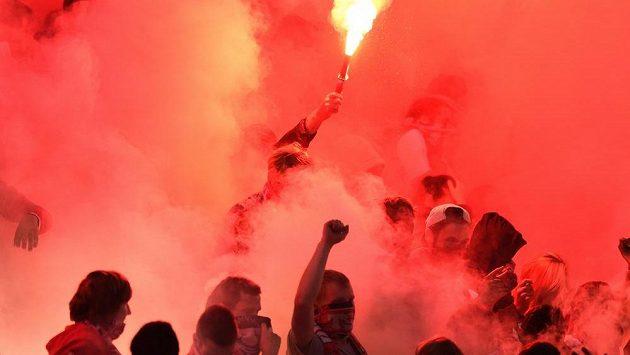 Fanoušci Slavie s dýmovnicemi, kvůli nimž byl zápas se Spartou na několik minut přerušen.