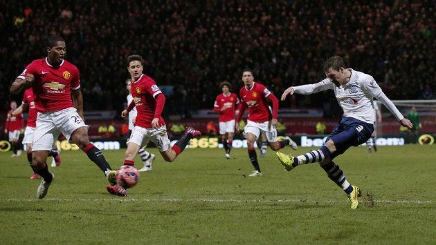 Záložník Prestonu Scott Laird (zcela vpravo) střílí gól proti Manchesteru United v osmifinále FA Cupu.