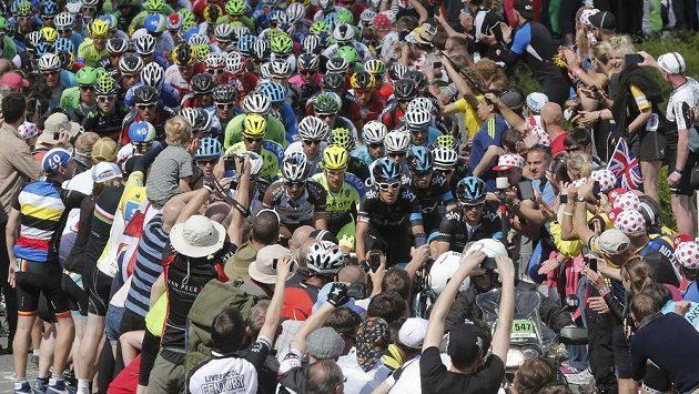 Špalír fanoušků Tour de France svírá peloton ve druhé etapě.