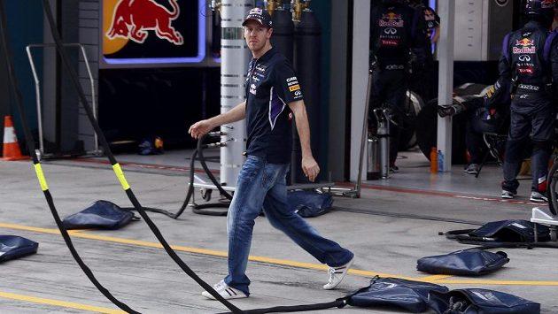 V boxové uličce bez ochrany uší? Do letošního roku ve formuli 1 nepředstavitelná věc. Na snímku opouští Sebastian Vettel garáž stáje Red Bull po odstoupení z GP Austrálie.